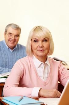 Gepensioneerd echtpaar studeren met een computer