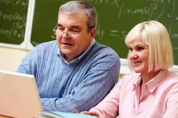 Gepensioneerd echtpaar studeren op school