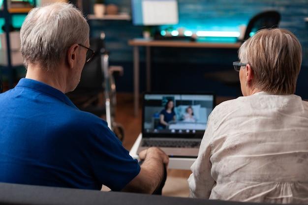 Gepensioneerd paar praten op video-oproep online conferentie