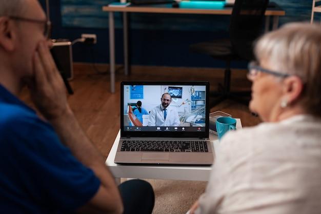 Gepensioneerde patiënten op videogesprek tandartsafspraak