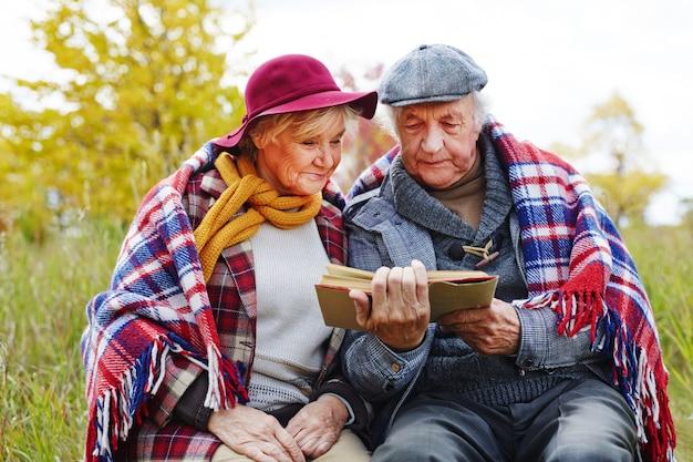 Gepensioneerde senior buitenshuis man oud
