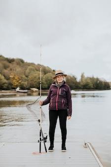 Gepensioneerde senior vrouw op een visreis