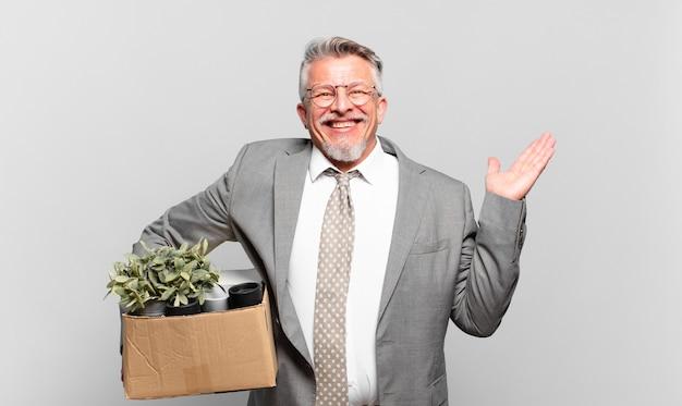 Gepensioneerde senior zakenman die zich verward en verward voelt, twijfelt, weegt of verschillende opties kiest met grappige uitdrukking