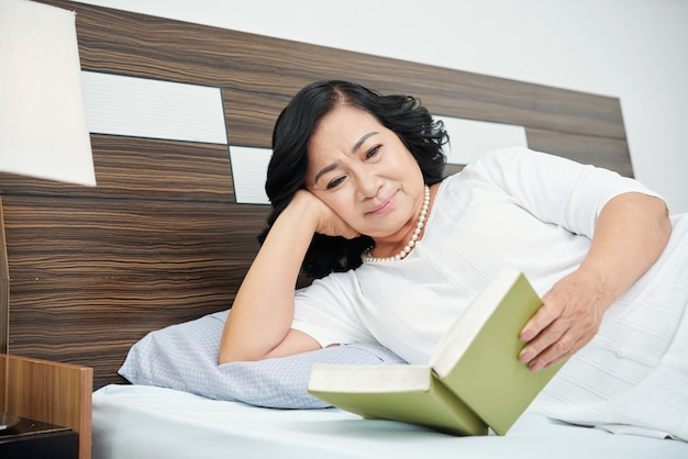 Gepensioneerde vrouw leesboek
