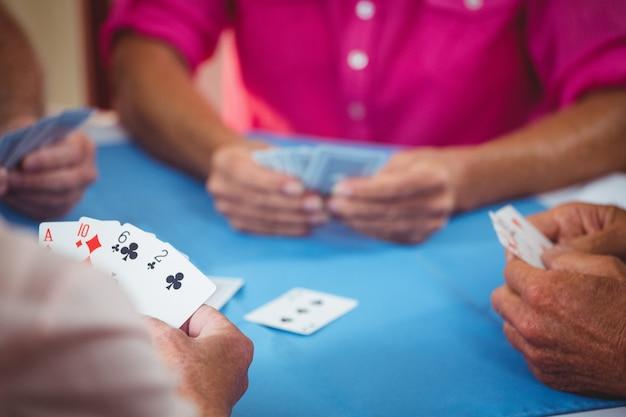 Gepensioneerden die kaart spelen