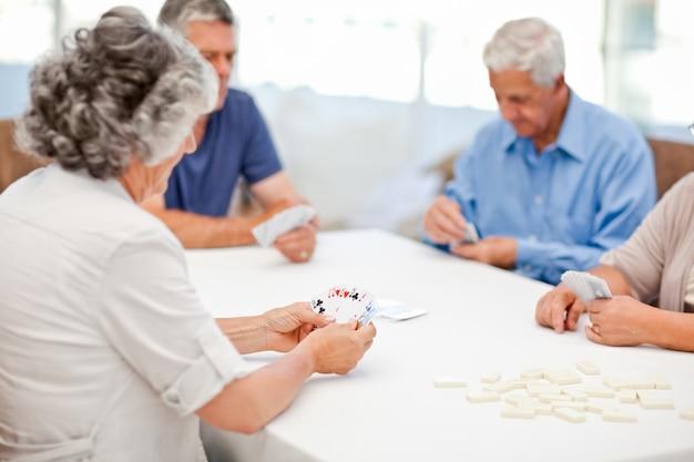 Gepensioneerden die samen kaarten spelen