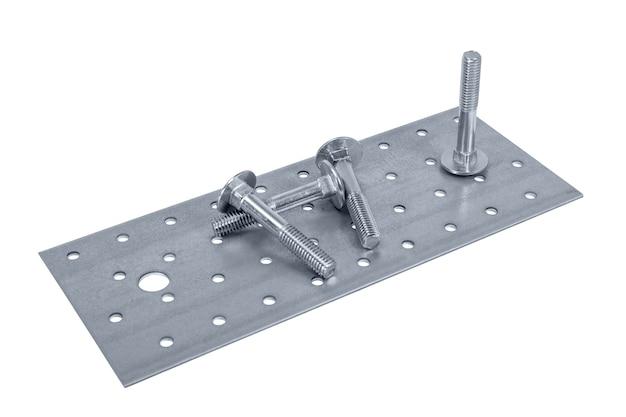 Geperforeerde metalen plaat meubelschroef en moeren geïsoleerd op witte achtergrond