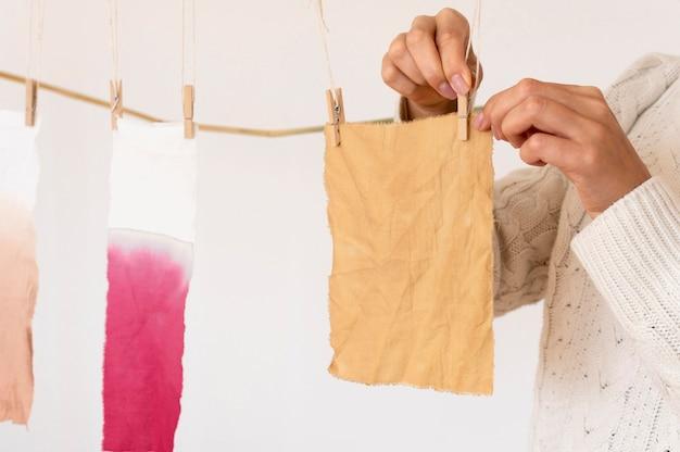 Gepigmenteerde doeken die door haringen worden vastgehouden, sluiten omhoog