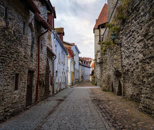 Geplaveide steegje met middeleeuwse huizen en stenen muur in tallinn, estland.