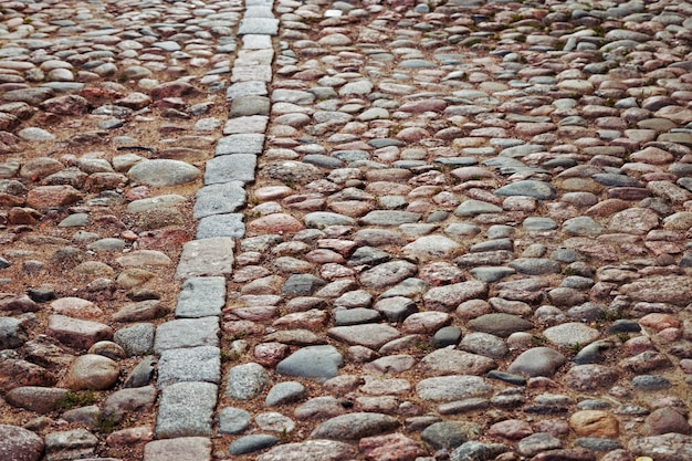 Geplaveide weg. grote stenen op de weg.