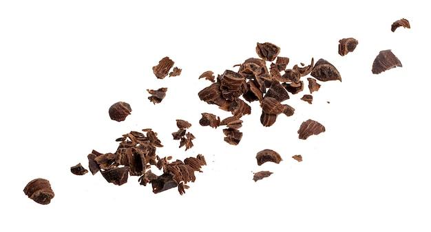 Geplette chocolade. stapel gemalen chocolade geïsoleerd op een witte achtergrond met uitknippad, close-up