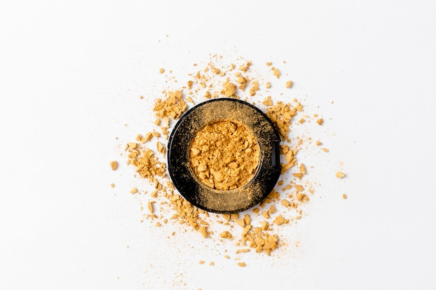 Geplette gouden oogschaduw palet textuur. gouden