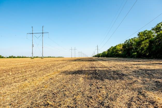 Geploegd tarweveld stro in de velden landelijk landschap met blauwe hemelachtergrond
