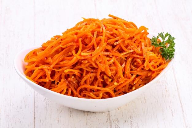 Geplukte wortel in de kom