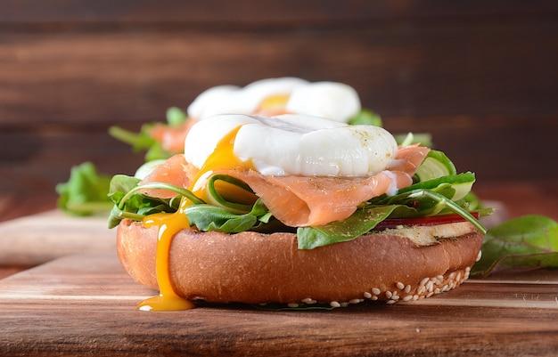 Gepocheerd ei met gerookte zalm op een toast. frans ontbijtconcept