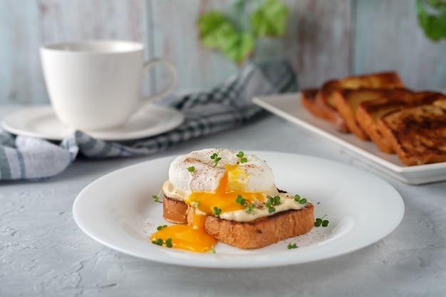 Gepocheerd ei met mayonaise en microgreens