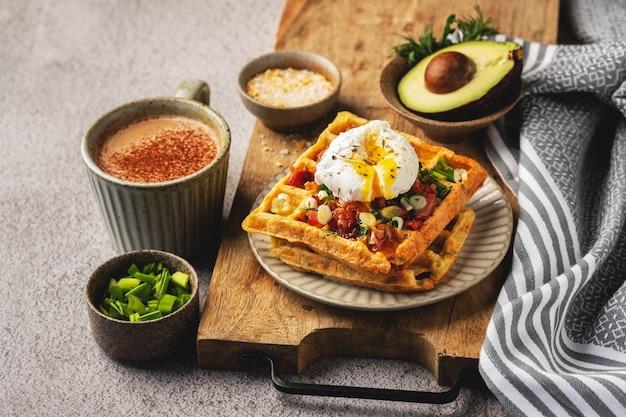 Gepocheerd ei op belgische wafels, koffie, ontbijt, bovenaanzicht