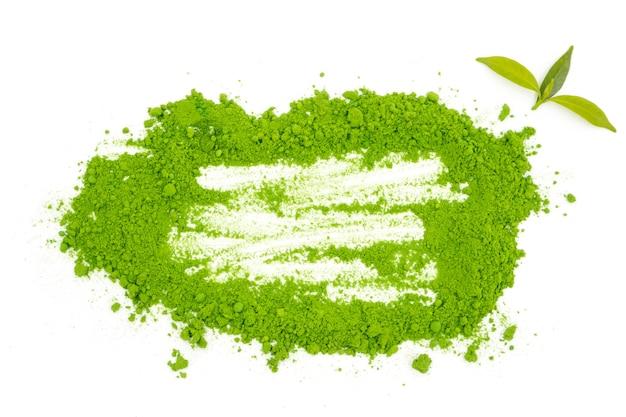 Gepoederde groene thee op witte achtergrond.