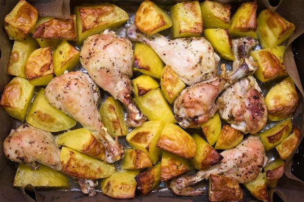 Gepofte aardappel en kippenpoten. thuis koken concept. traditioneel amerikaans eten.