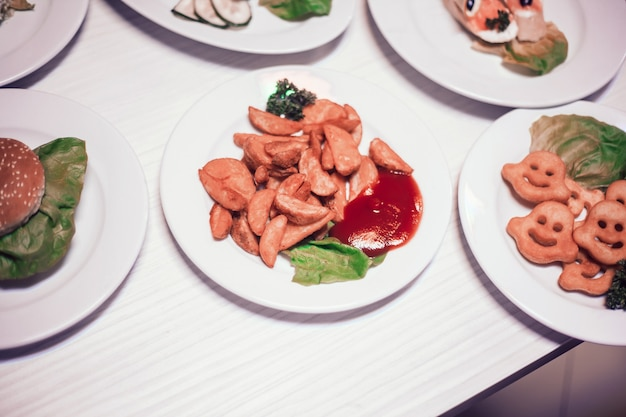 Gepofte aardappelpartjes en tomatensaus op tafel in het restaurant