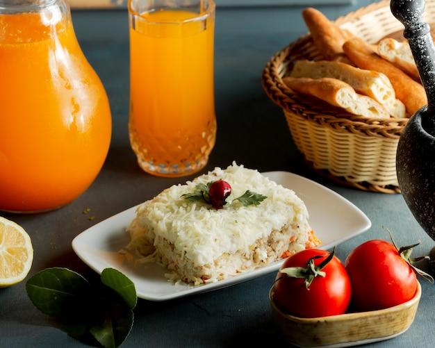 Geporteerde mimosasalade met geraspte kaas van kipwortelaardappel en mayonaise
