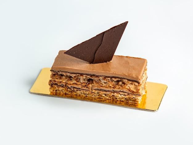 Geportioneerde cacaocake met chocolade en walnoot