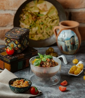 Geprakte kippensoep in een transparante kom geserveerd met gemarineerd voedsel