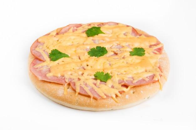 Geprefabriceerde pizza met toppings op een witte muur