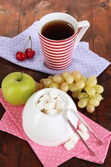 Geraffineerde suiker in witte suikerpot op houten tafel, bovenaanzicht
