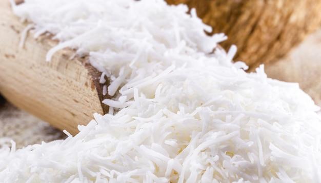 Geraspte houten lepel van kokosnoot, ingrediënt op basis van kokos