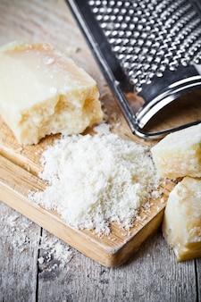 Geraspte parmezaanse kaas en metalen rasp