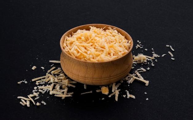 Geraspte parmezaanse kaas op zwart
