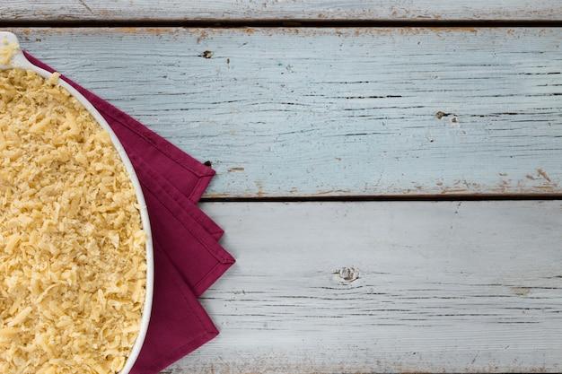 Geraspte taart met pruimen wordt bereid in de huiskeuken, bovenaanzicht