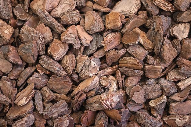 Geraspte textuurstukken van natuurlijke boomschorsclose-up. gehakte eco-houtsnippers voor decoratief design