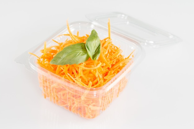 Geraspte wortelen in plastic container