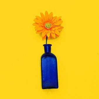 Gerber in een stijlvolle fles woondecoratie. minimale platliggende kunst