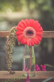 Gerberabloemen in vaas versierd met prachtige kleuren vintage