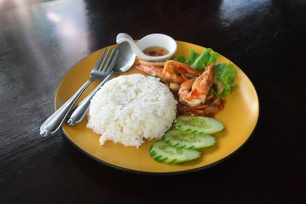 Gerechten gekookt van garnalen gegarneerd op rijst.