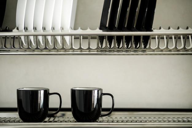 Gerechten in de keuken. modern keukenbinnenland.