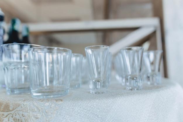 Gerechten op bankettafels, glazen, lepels en borden serveren