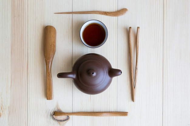 Gerechten voor thee en houten stokjes