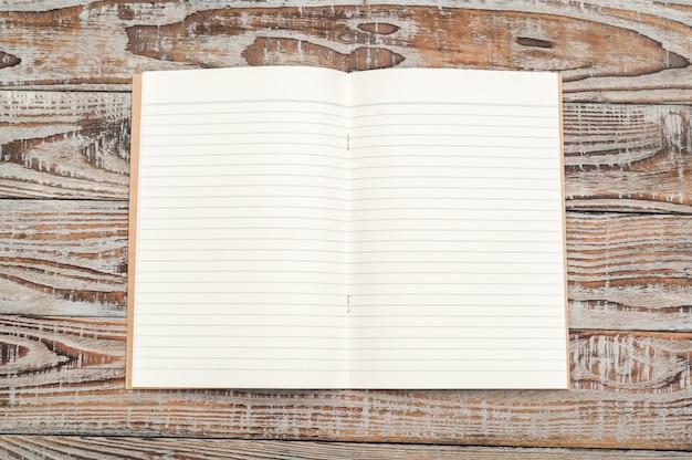 Gerecycled papier boek op houten achtergrond.