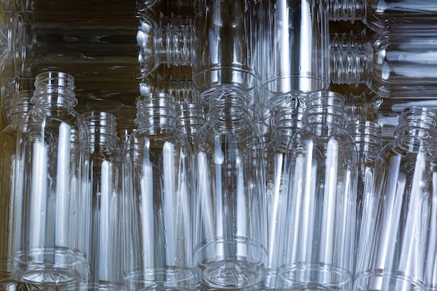 Gerecyclede plastic flessen tal van plastic flessen op een witte achtergrond bovenaanzicht