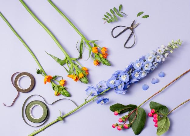 Gereedschap en accessoires die bloemisten nodig hebben om een boeket te maken
