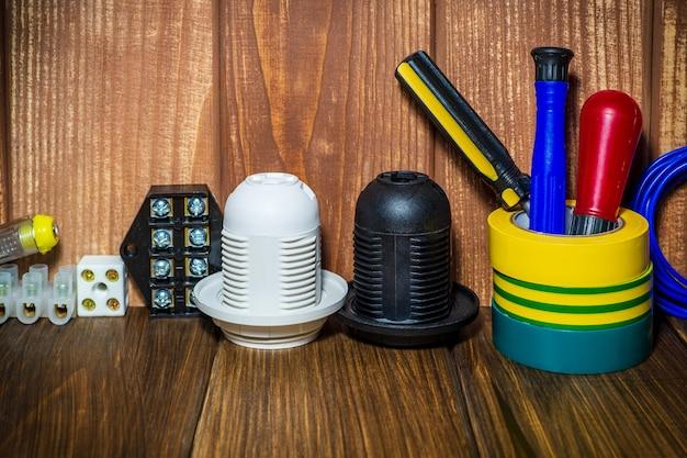 Gereedschap en accessoires op een vintage houten ondergrond gebruikt in elektrische installaties