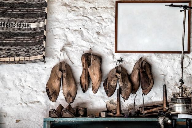 Gereedschap en schoenen in een schoenmakersatelier