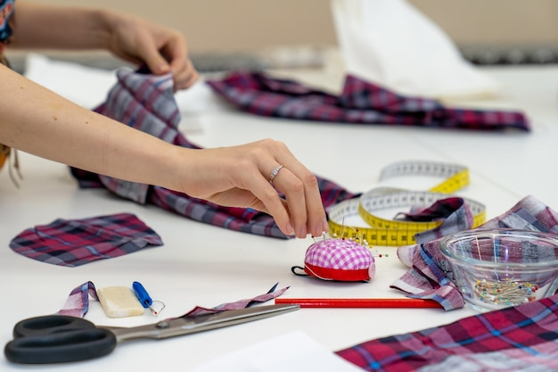 Gereedschap op de tafel in een kleermakersatelier