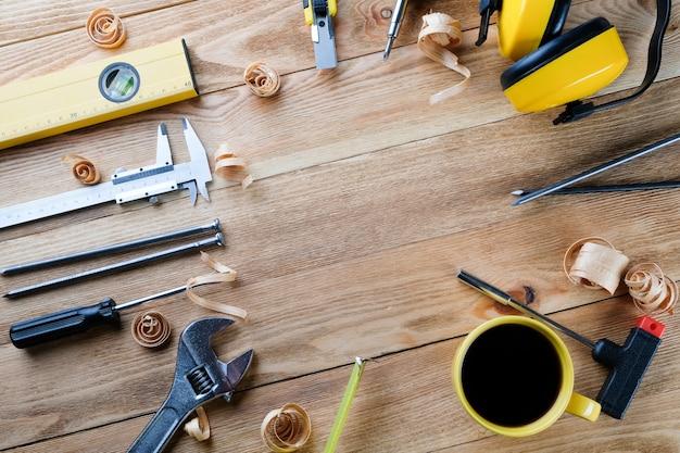 Gereedschap op een houten tafel. bouwgereedschap op houten planken. bouw concept.