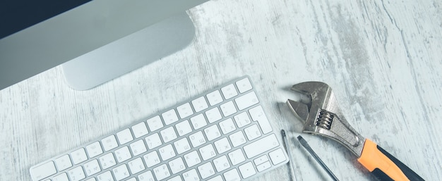 Gereedschap op het toetsenbord op het bureau