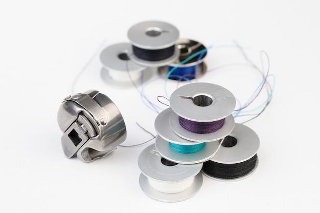 Gereedschap op maat: metalen klossen van draad en naaimachineshuttle